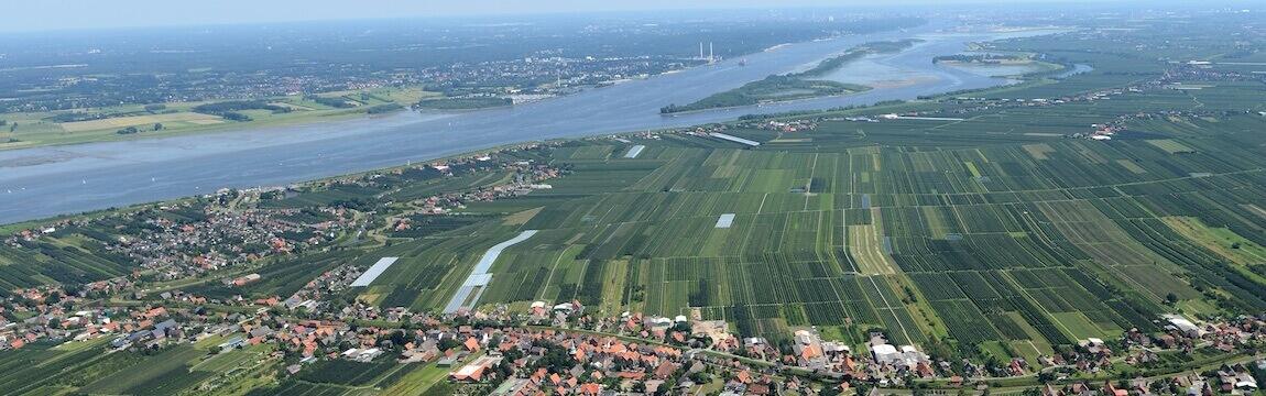 Luftaufnahme Altes Land mit Elbe und Elbe-Obst Plantagen